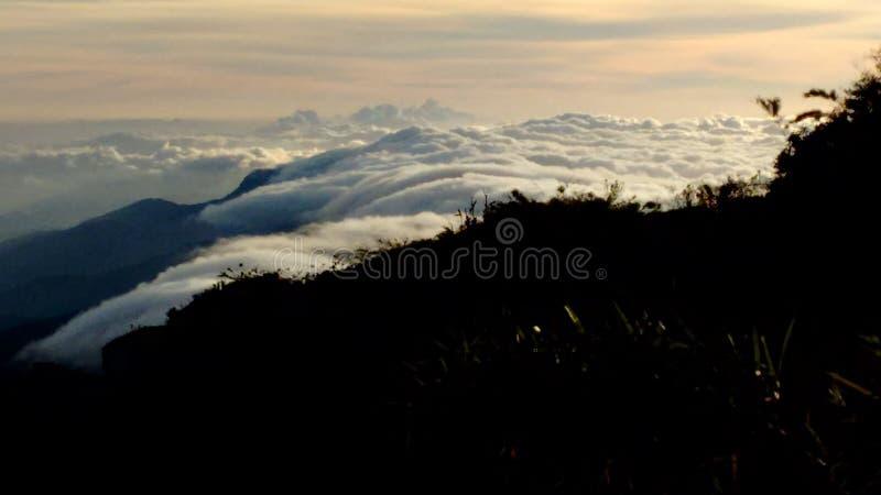 Το βουνό, εικόνα το πρωί του βουνού Ουρανός κάτω από την αιχμή naiguata στοκ εικόνα με δικαίωμα ελεύθερης χρήσης