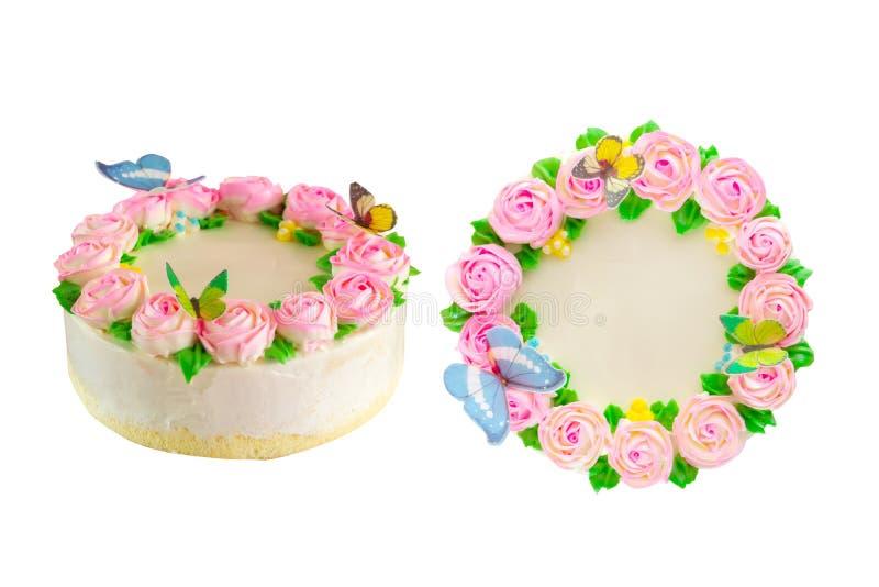 Το βουτύρου κέικ λιμνών κρέμας με ρόδινο αυξήθηκε, η πράσινη άδεια και η πεταλούδα διακοσμούν απομονωμένος στοκ φωτογραφία με δικαίωμα ελεύθερης χρήσης