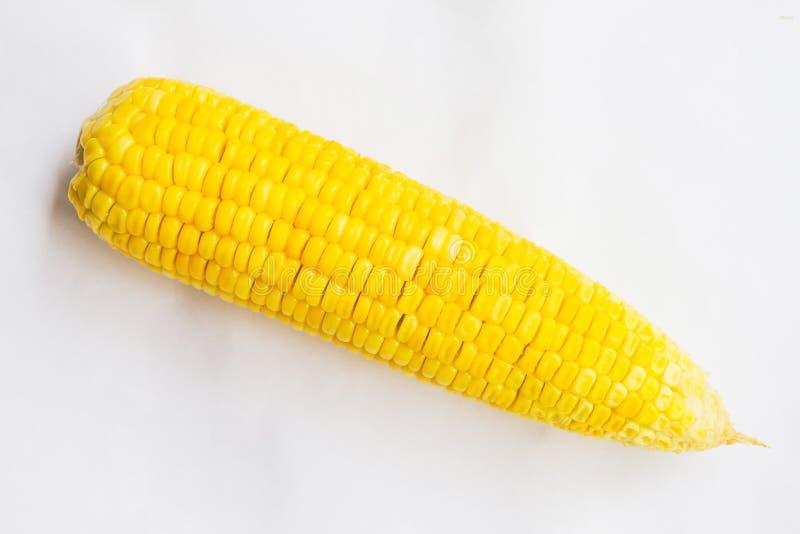 Το βρασμένο γλυκό καλαμποκιού τοποθετείται σε ένα άσπρο υπόβαθρο στοκ φωτογραφίες