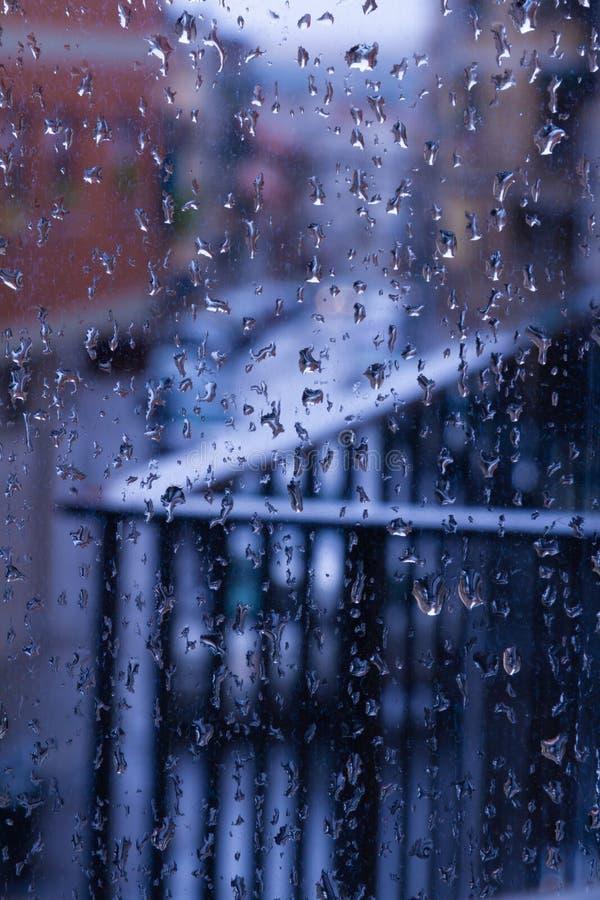 Το βροχερό απόγευμα ρίχνει το παράθυρο στοκ εικόνες