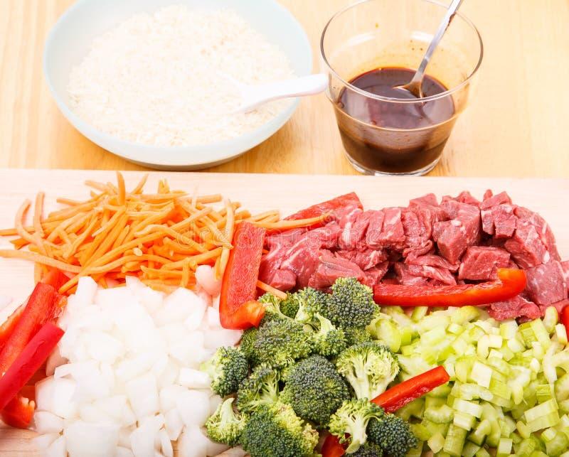Το βόειο κρέας ανακατώνει τα συστατικά τηγανητών οριζόντια στοκ φωτογραφία