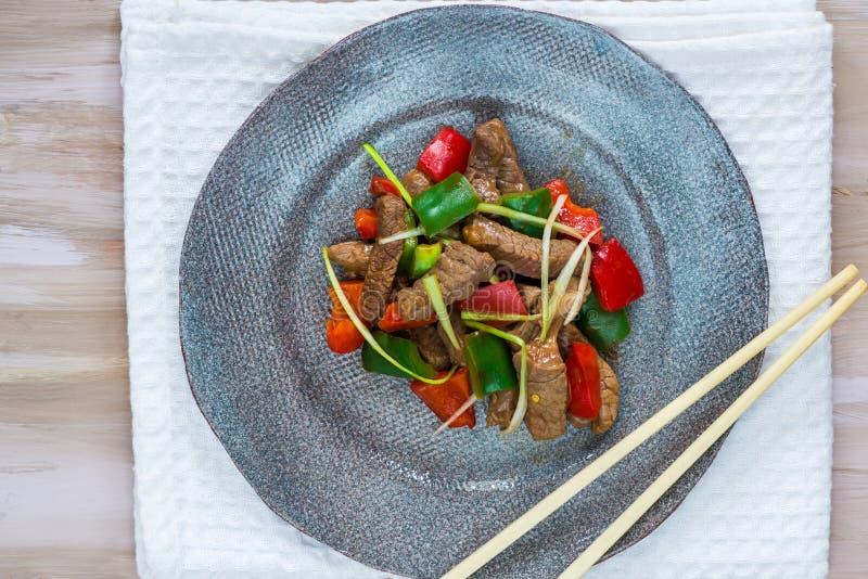 Το βόειο κρέας ανακατώνει τα τηγανητά στοκ φωτογραφία