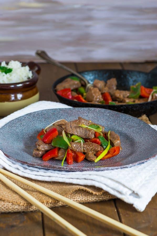 Το βόειο κρέας ανακατώνει τα τηγανητά στοκ εικόνα