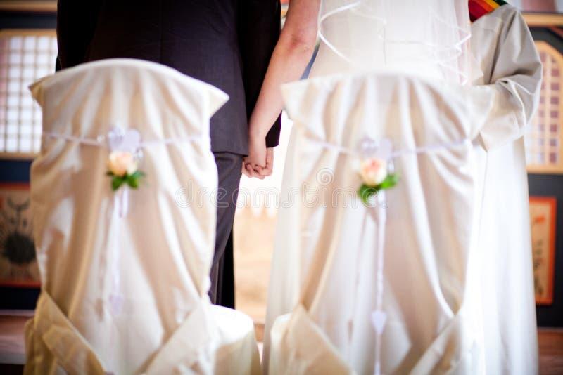 Το γαμήλιο ζεύγος κρατά τα χέρια τους στοκ φωτογραφία με δικαίωμα ελεύθερης χρήσης