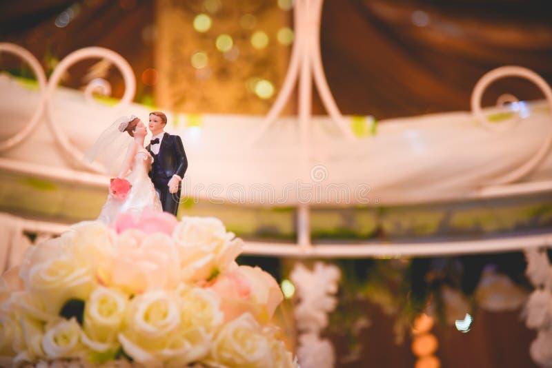 Το γαμήλιο κέικ, ειδώλια της νύφης και του νεόνυμφου σε έναν γάμο συσσωματώνει στοκ φωτογραφίες με δικαίωμα ελεύθερης χρήσης
