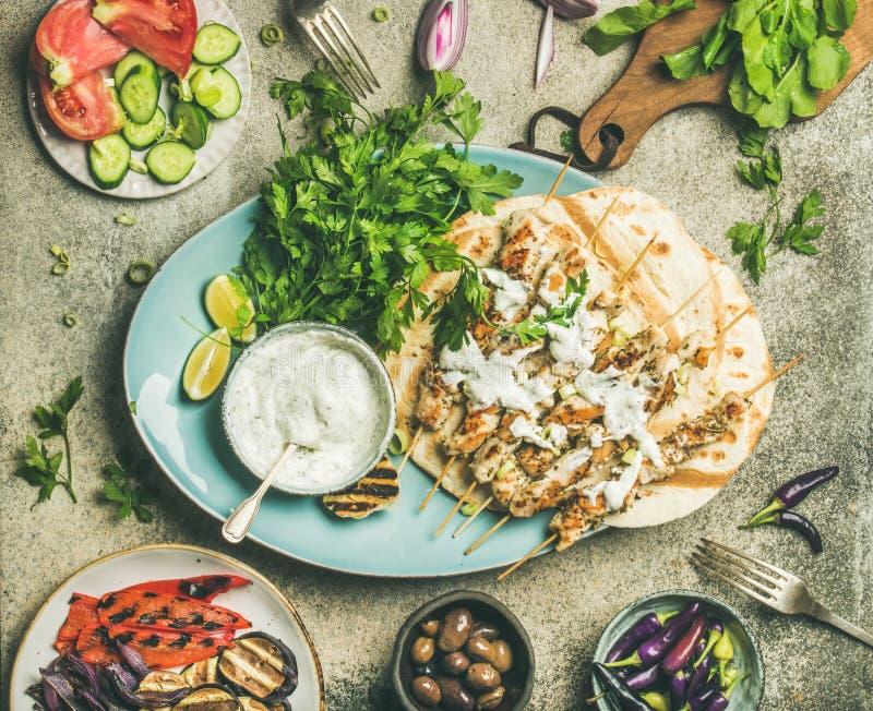 Το γεύμα κομμάτων θερινών σχαρών που τίθεται με ψημένος στη σχάρα και λαχανικά στοκ φωτογραφία με δικαίωμα ελεύθερης χρήσης