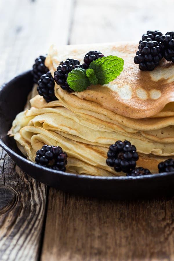 Το γεύμα πρωινού, σπιτικό crepes, φρέσκα θερινά βατόμουρα στοκ εικόνα