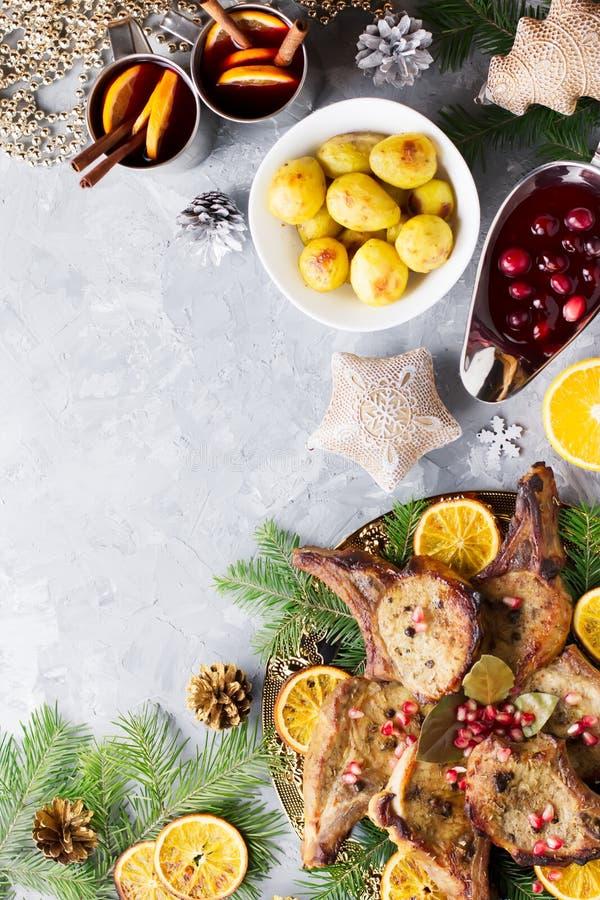 Το γεύμα Χριστουγέννων με την ψημένη μπριζόλα κρέατος, σαλάτα στεφανιών Χριστουγέννων, έψησε την πατάτα, ψημένα στη σχάρα λαχανικ στοκ φωτογραφία με δικαίωμα ελεύθερης χρήσης