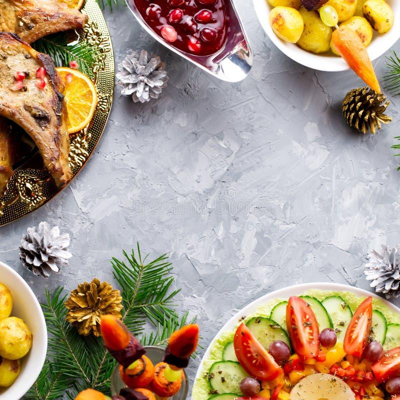 Το γεύμα Χριστουγέννων με την ψημένη μπριζόλα κρέατος, σαλάτα στεφανιών Χριστουγέννων, έψησε την πατάτα, ψημένα στη σχάρα λαχανικ στοκ εικόνες