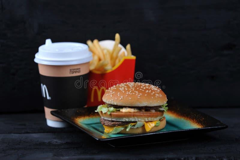 Το γεύμα McDonald ` s στο rutic μαύρο υπόβαθρο, περιλαμβάνει τη μεγάλη Mac, Fre στοκ εικόνες