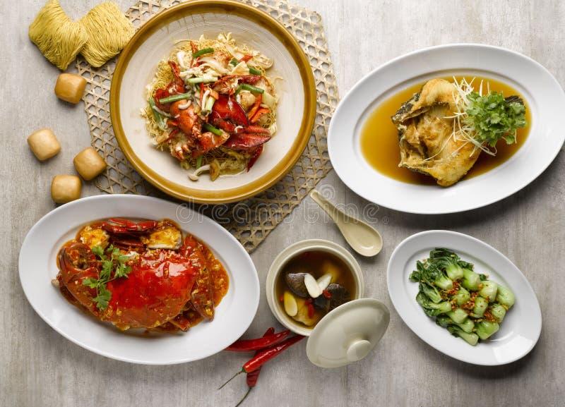 Το γεύμα mezza καλαθιών ατμού με το τηγανισμένο καβούρι, αστακοί, το γ στοκ φωτογραφία