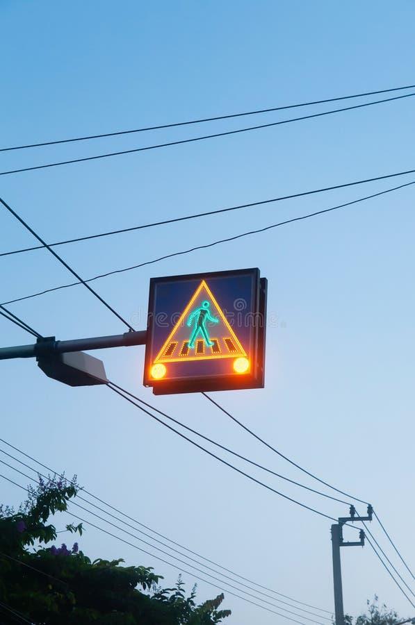 Το για τους πεζούς σημάδι κυκλοφορίας με το καμμένος πράσινο φως και σώζει για να κινηθεί ενάντια στο μπλε ουρανό στοκ εικόνες