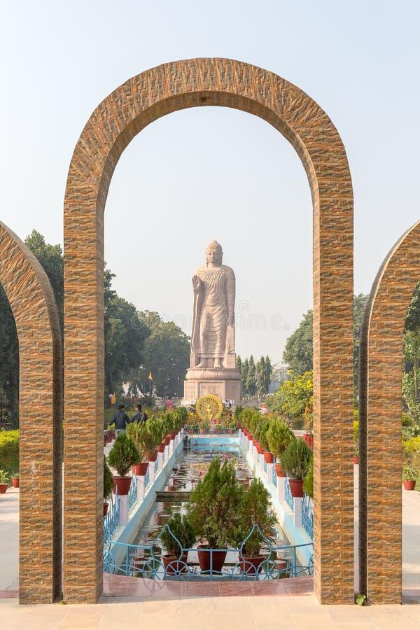 Το γιγαντιαίο γλυπτό του Βούδα δίπλα στον ταϊλανδικό Sarnath ναό Wat στοκ φωτογραφία με δικαίωμα ελεύθερης χρήσης