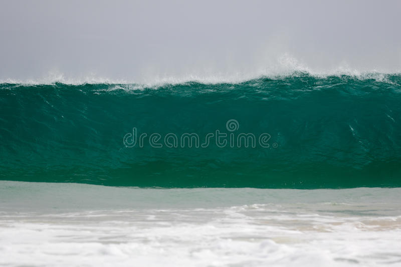 Το γιγαντιαίο κύμα χτυπά την ακτή στοκ φωτογραφία