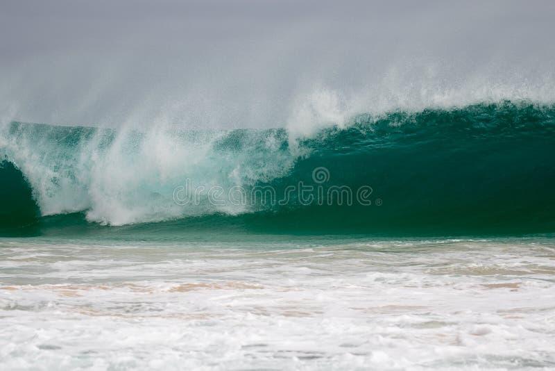 Το γιγαντιαίο κύμα χτυπά την ακτή στοκ εικόνες