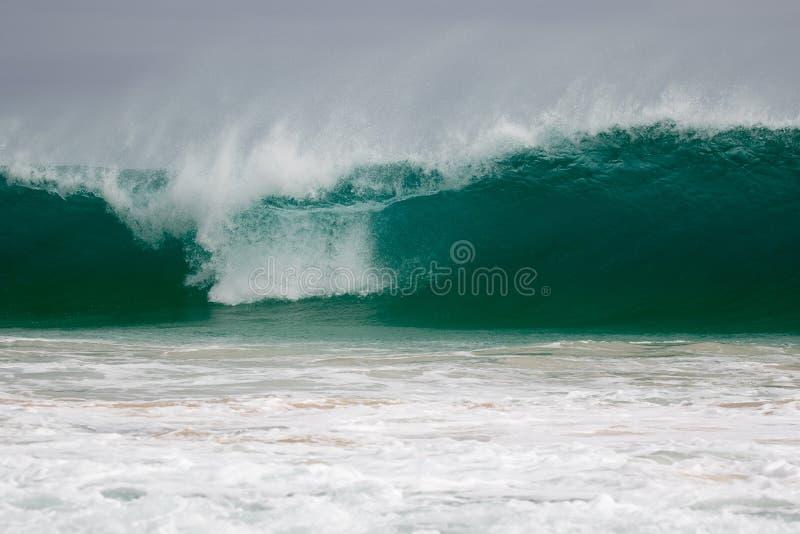 Το γιγαντιαίο κύμα χτυπά την ακτή στοκ εικόνα