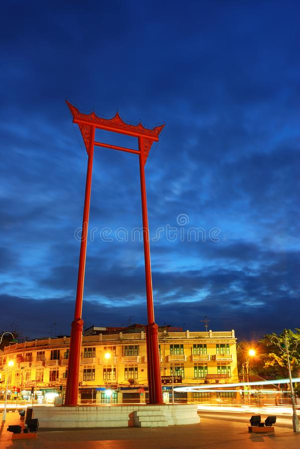Το γιγαντιαίο Σάο Ching Cha ταλάντευσης στο χρόνο λυκόφατος Η γιγαντιαία ταλάντευση είναι μια θρησκευτική δομή στη Μπανγκόκ στοκ εικόνα
