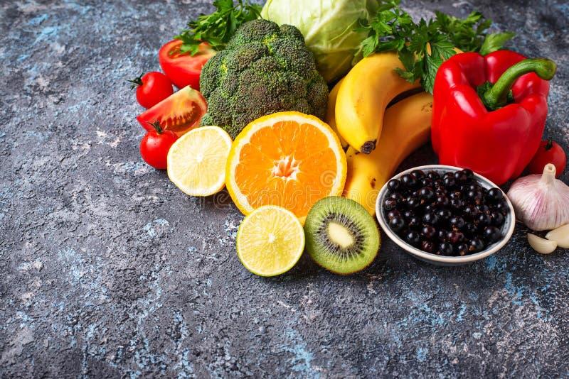 το γκρέιπφρουτ καρπού τροφίμων μπρόκολου γ κουδουνιών περιλαμβάνει την πλούσια βιταμίνη ντοματών πατατών πιπεριών πορτοκαλιών λεμ στοκ φωτογραφία με δικαίωμα ελεύθερης χρήσης