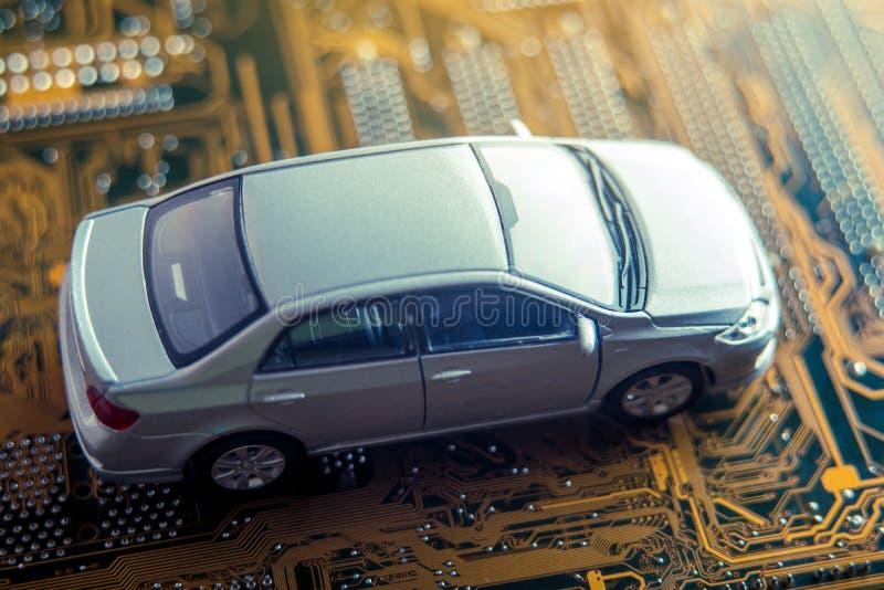 Το γκρίζο αυτοκίνητο πηγαίνει στο δρόμο υπό μορφή ηλεκτρονικών πινάκων Έννοια μιας νέας έξυπνης τεχνολογίας στα σύγχρονα αυτοκίνη στοκ εικόνες με δικαίωμα ελεύθερης χρήσης