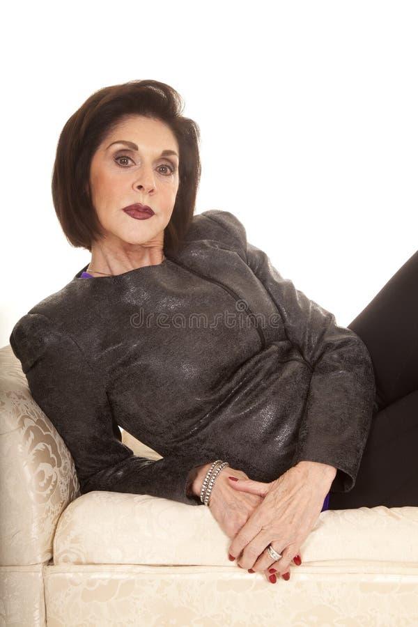 Το γκρίζο woma σακακιών βάζει τον πάγκο σοβαρό στοκ εικόνα