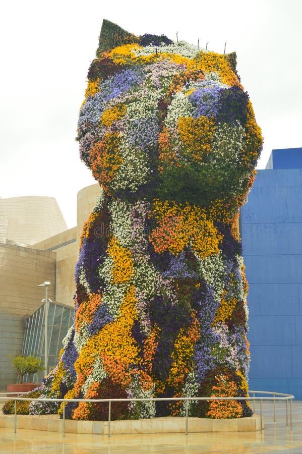 Το γλυπτό Puppi που συσκευάζεται με τα λουλούδια και ζωηρόχρωμο είναι στην είσοδο στο μουσείο Γκούγκενχαϊμ ο δημιουργός που του ή στοκ εικόνες