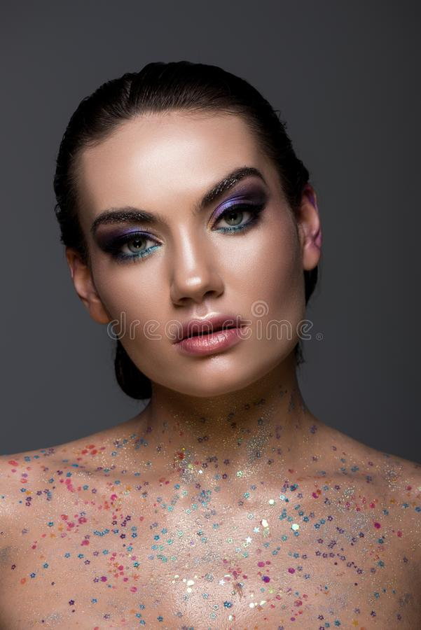 το γοητευτικό κορίτσι με ακτινοβολεί και σπινθηρίσματα στο σώμα στοκ εικόνα με δικαίωμα ελεύθερης χρήσης