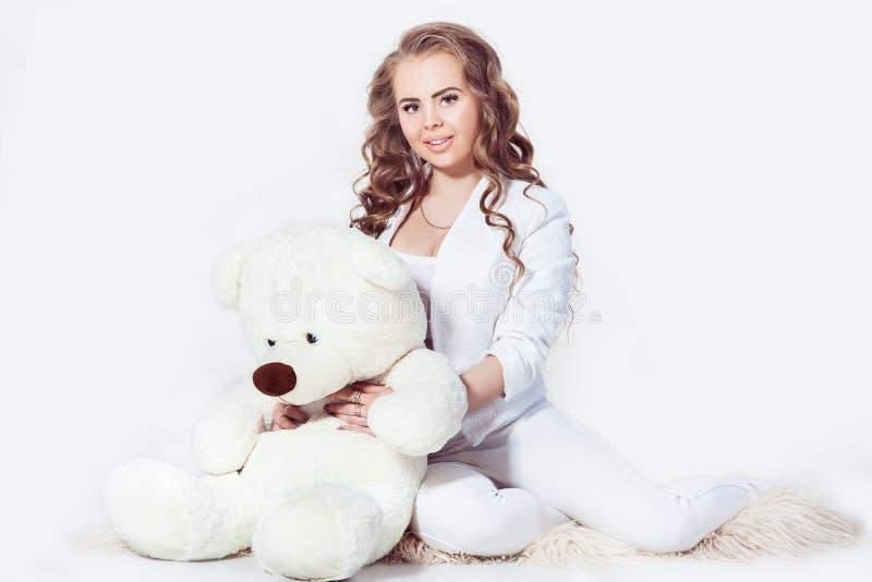 Το γοητευτικό ξανθό αγκάλιασμα κοριτσιών teddy αντέχει στοκ φωτογραφίες με δικαίωμα ελεύθερης χρήσης