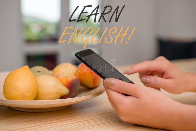 Το γράψιμο κειμένων γραφής μαθαίνει τα αγγλικά Το κέρδος έννοιας έννοιας αποκτά τη γνώση στη νέα γλώσσα από τη μελέτη στοκ φωτογραφία με δικαίωμα ελεύθερης χρήσης