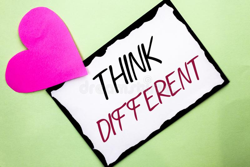 Το γράψιμο κειμένων γραφής σκέφτεται διαφορετικό Η έννοια έννοιας ξανασκέφτεται την αλλαγή στο όραμα αποκτά τις νέες ιδέες καινοτ στοκ εικόνες