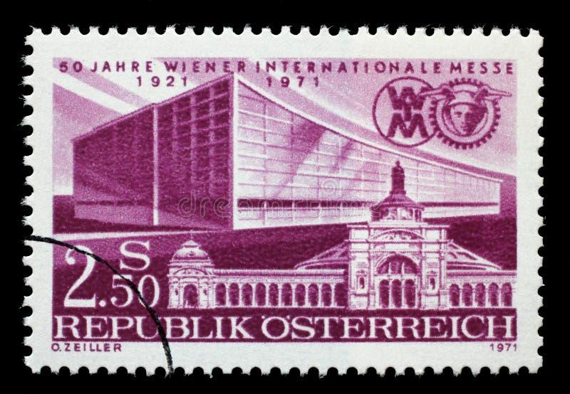 Το γραμματόσημο που τυπώνεται από την Αυστρία που αφιερώνεται σε 50 έτη της έκθεσης της Βιέννης, παρουσιάζει πρώτες και πιό πρόσφ στοκ εικόνα