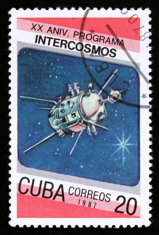 Το γραμματόσημο της Κούβας από τη 20η επέτειο του ζητήματος προγράμματος Intercosmos παρουσιάζει διαστημικό δορυφόρο, circa το 19 στοκ φωτογραφία