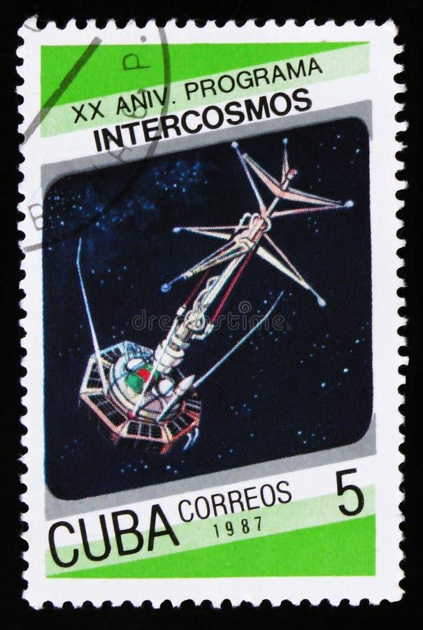 Το γραμματόσημο της Κούβας από τη 20η επέτειο ` του ζητήματος προγράμματος ` Intercosmos παρουσιάζει διαστημικό δορυφόρο, circa τ στοκ εικόνες