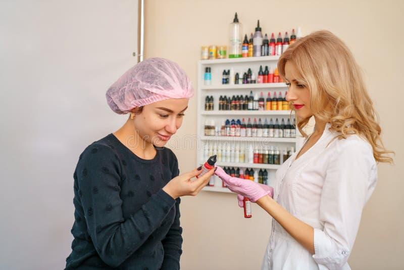 Το γραφείο για τη διάστιξη των φρυδιών και των χειλιών, ο πελάτης επιλέγει το χρώμα για τη διάστιξη στοκ εικόνα με δικαίωμα ελεύθερης χρήσης
