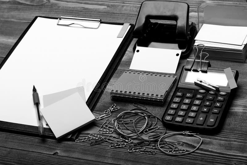Το γραφείο παρέχει την έννοια Σημειωματάριο, φάκελλος συνδετήρων με τη Λευκή Βίβλο στοκ εικόνα με δικαίωμα ελεύθερης χρήσης