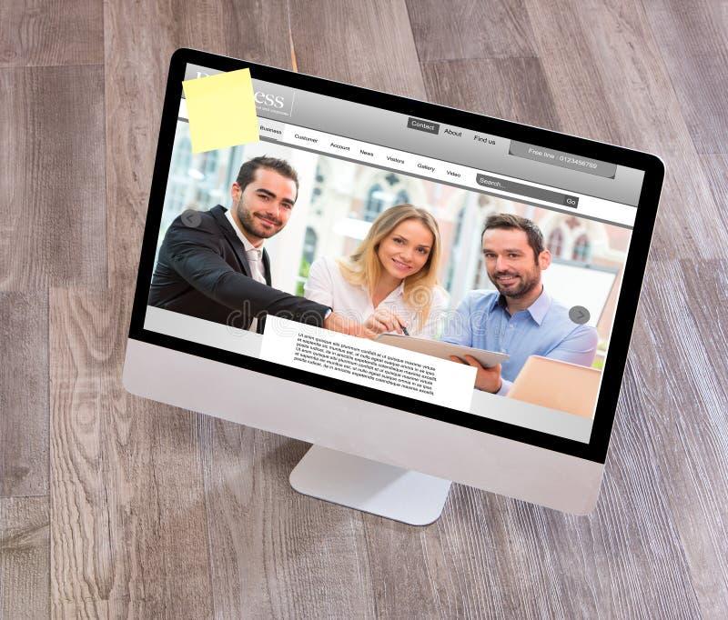 Το γραφείο του ξύλινου επιχειρηματία στον υψηλό καθορισμό με το lap-top, τοποθετεί σε μορφή ταμπλέτας το α στοκ εικόνες