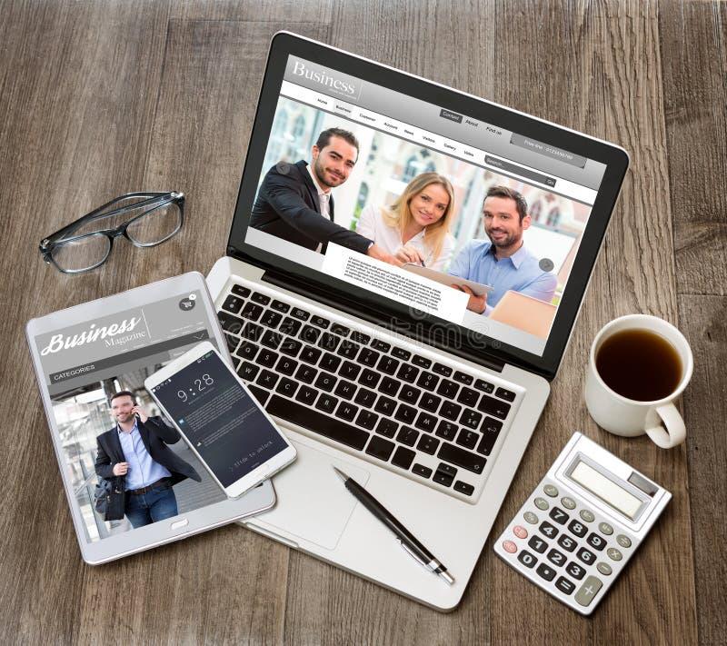 Το γραφείο του ξύλινου επιχειρηματία στον υψηλό καθορισμό με το lap-top, τοποθετεί σε μορφή ταμπλέτας το α στοκ φωτογραφία με δικαίωμα ελεύθερης χρήσης