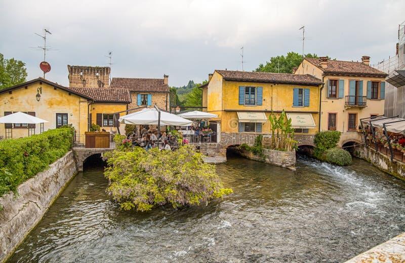 Το γραφικό χωριό στην όχθη ποταμού, Borghetto sul Mincio, Βερόνα, Ιταλία, αυτό είναι ένα χωριουδάκι του δήμου Valeggio SU στοκ φωτογραφία με δικαίωμα ελεύθερης χρήσης