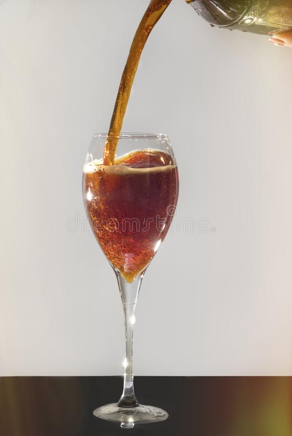 Το γυαλί γεμίζουν με ένα ποτό στοκ εικόνα