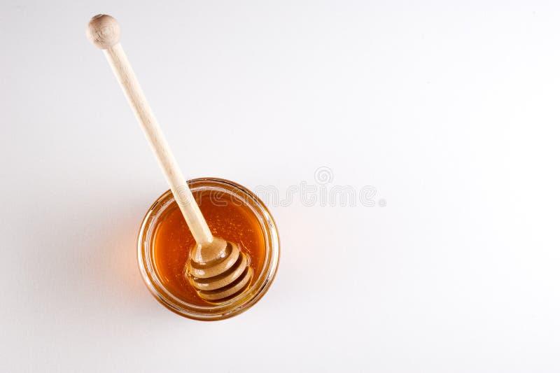 Το γυαλί μπορεί σύνολο του μελιού και του ξύλινου ραβδιού σε το Τοπ όψη στοκ εικόνες