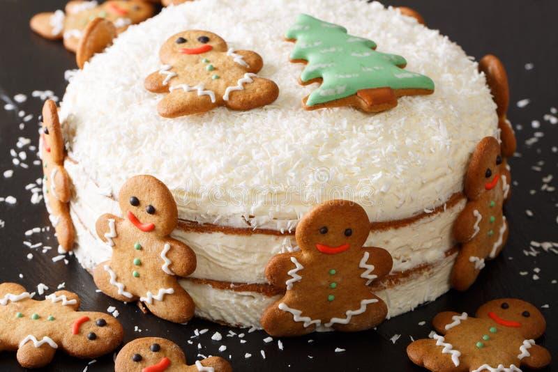 Το γυμνό κέικ Χριστουγέννων είναι διακοσμημένο με το μελόψωμο και την καρύδα γ στοκ φωτογραφία με δικαίωμα ελεύθερης χρήσης