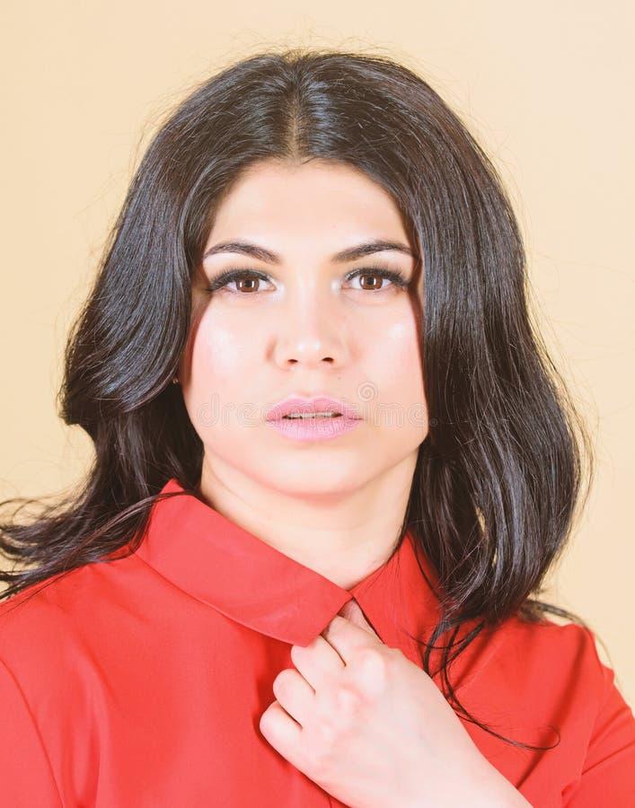 Το γυναικείο υγιές όμορφο λαμπρό δέρμα αποτελεί το πρόσωπο Cosmetology και ομορφιάς άκρες E Όμορφο κορίτσι brunette γυναικών στοκ φωτογραφίες με δικαίωμα ελεύθερης χρήσης