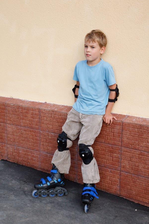 το γόνατο αγκώνων αγοριών &ga στοκ φωτογραφία με δικαίωμα ελεύθερης χρήσης