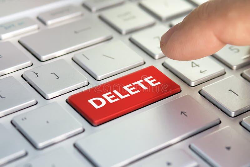 Το δάχτυλο πιέζει το κουμπί επιλογής χρωμάτων στο γκρίζο πληκτρολόγιο Ένα πληκτρολόγιο με ένα κόκκινο κουμπί - διαγράψτε στοκ εικόνες με δικαίωμα ελεύθερης χρήσης
