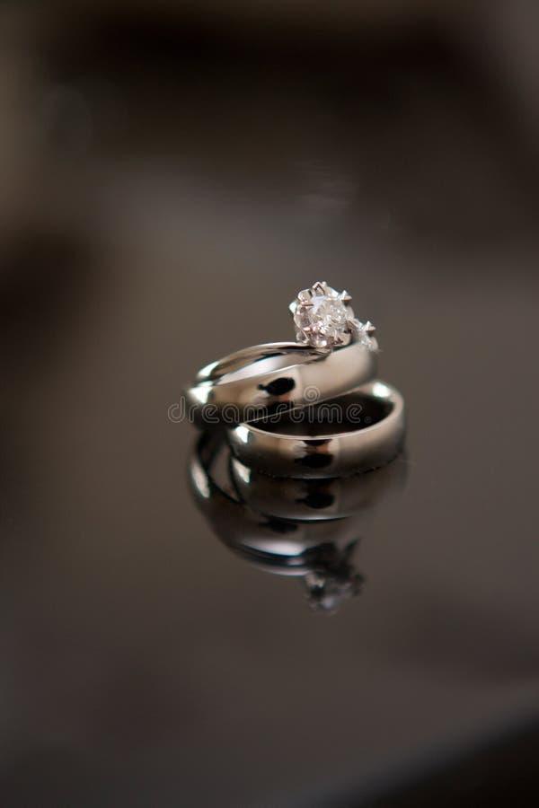 Το δαχτυλίδι διαμαντιών αντιπροσωπεύει ένα στοκ φωτογραφίες με δικαίωμα ελεύθερης χρήσης