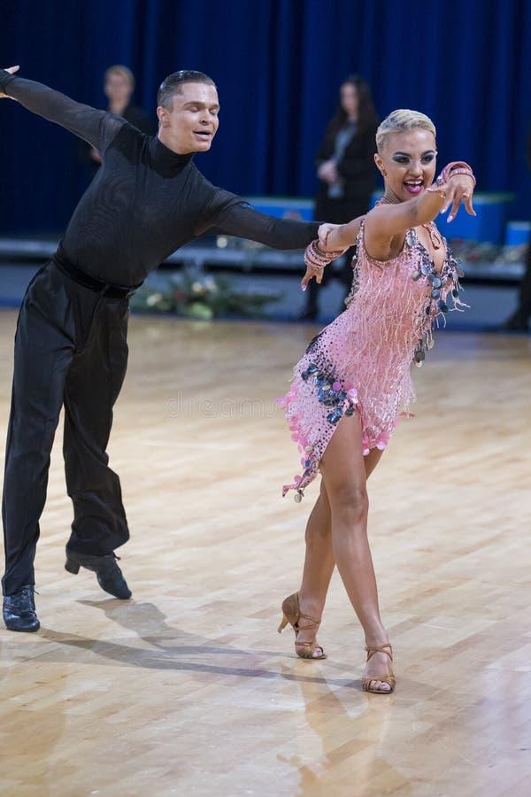 Το δελεαστικό ζεύγος χορού εκτελεί το λατινοαμερικάνικο πρόγραμμα νεολαίας στοκ εικόνες με δικαίωμα ελεύθερης χρήσης