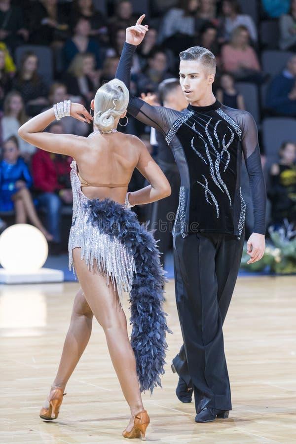 Το δελεαστικό ρομαντικό ζεύγος χορού εκτελεί το λατινοαμερικάνικο πρόγραμμα νεολαίας στοκ φωτογραφία με δικαίωμα ελεύθερης χρήσης