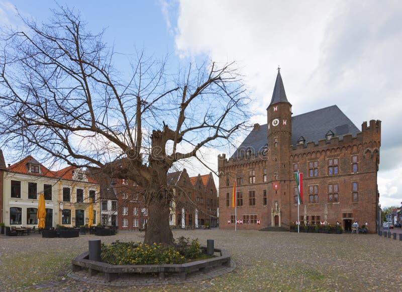 Το Δημαρχείο και το δικαστήριο Kalkar το δέντρο στοκ φωτογραφία