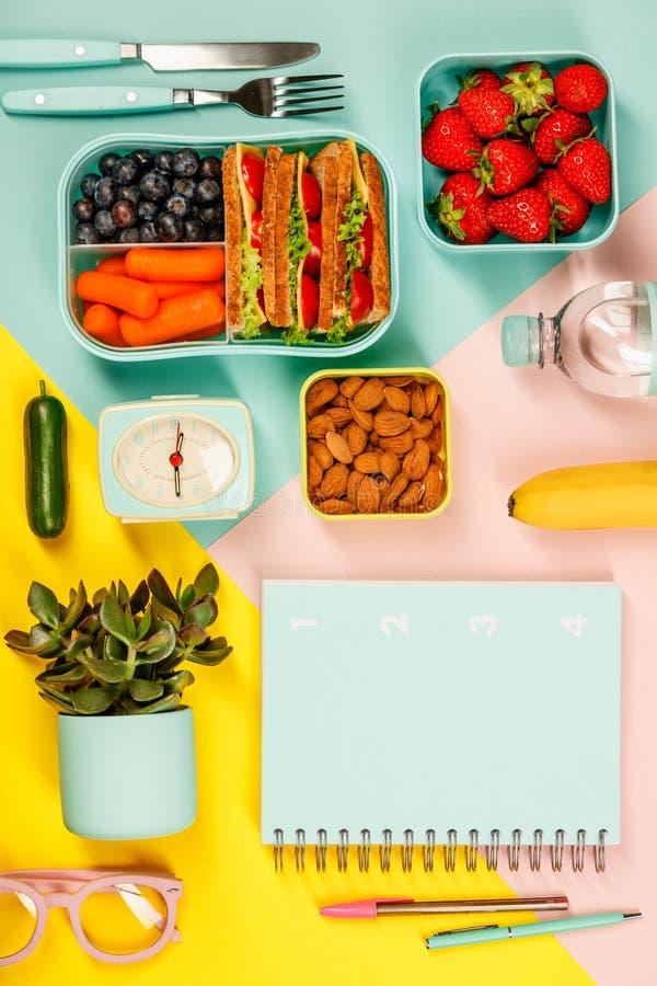 Το δημιουργικό επίπεδο βάζει με τις υγιείς προμήθειες μεσημεριανού γεύματος και γραφείων ή σχολείων στοκ φωτογραφία με δικαίωμα ελεύθερης χρήσης
