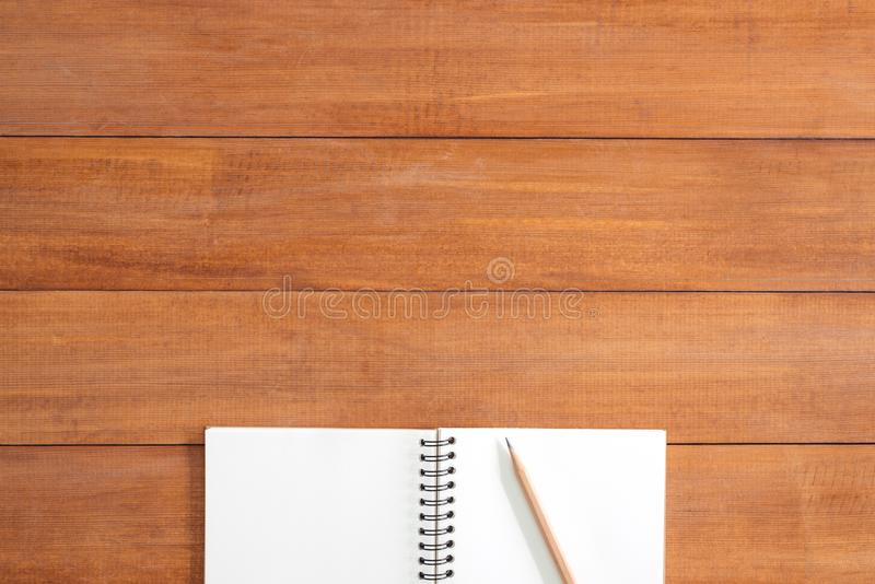 Το δημιουργικό επίπεδο βάζει τη φωτογραφία του γραφείου χώρου εργασίας Ξύλινο επιτραπέζιο υπόβαθρο γραφείων γραφείων με την ανοικ στοκ εικόνες