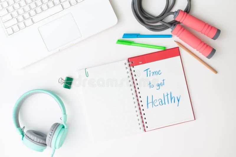 Το δημιουργικό επίπεδο βάζει του γραφείου χώρου εργασίας με το lap-top, το ακουστικό και το W στοκ φωτογραφίες με δικαίωμα ελεύθερης χρήσης